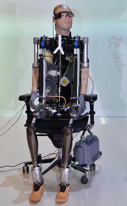 """В Лондоне представили первого в мире """"бионического человека"""""""