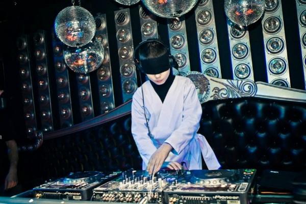 Юный ди-джей мечтает стать звездой мировых танцполов