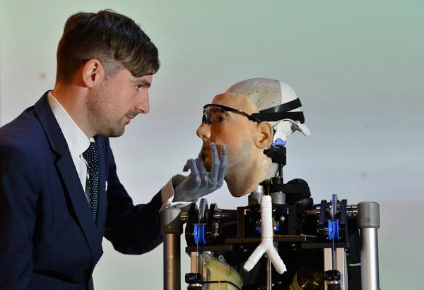 В Лондоне представили первого в мире «бионического человека»