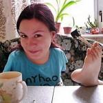20-летняя украинка, родившаяся без рук, лепит пельмени, рисует и вышивает ногами