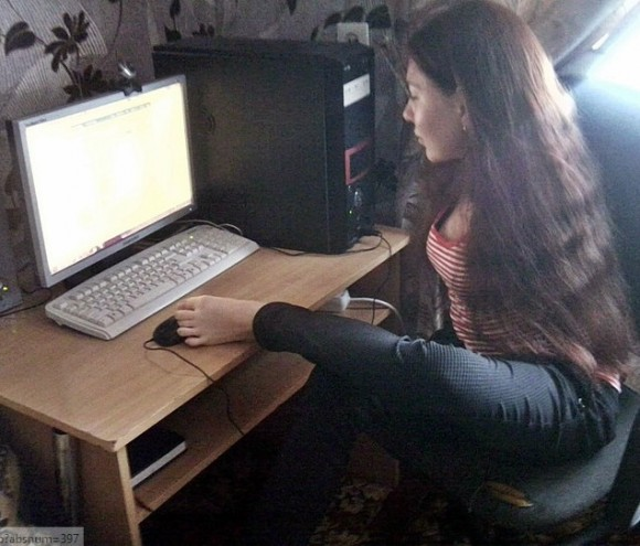 За компьютером. У Марины более 200 друзей на «Фейсбуке» и «ВКонтакте». Фото: А. Синица