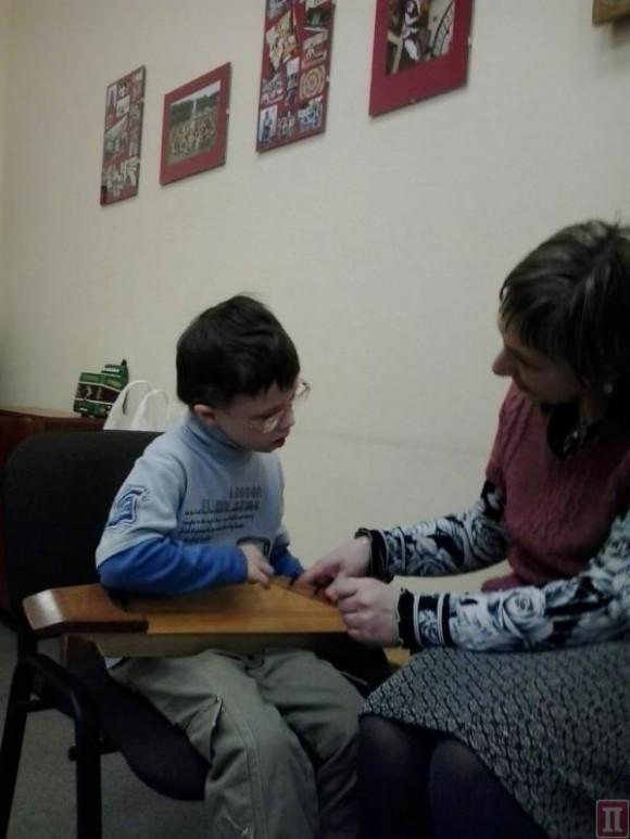 Игра на кантеле — любимое занятие сына Елены Романовой, Саши
