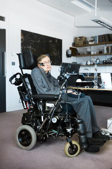 В возрасте 21 года у Стивена Хокинга обнаружили латеральный амиотрофический склероз, от которого обычно умирают в течение пяти лет. С тех пор прошел 51 год Фотография: Polaris/Fotolink