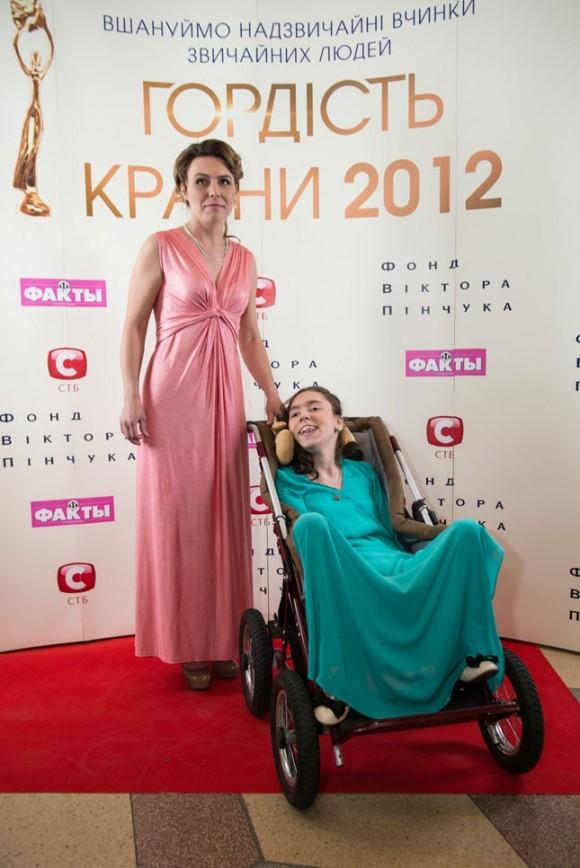 Девочка, которая рисует ногами стала «Гордостью страны»
