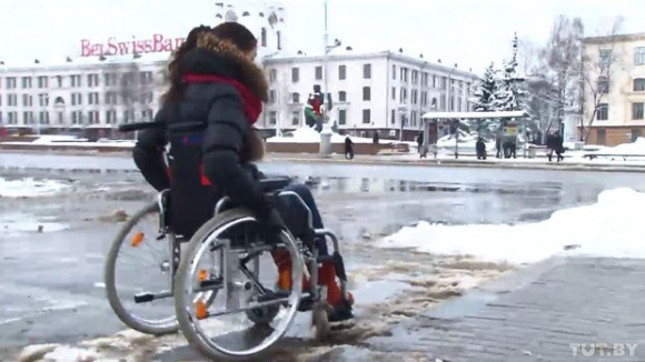 Здоровая девушка в инвалидной коляске: Я хочу, чтобы мой эксперимент увидели ответственные за бордюры!