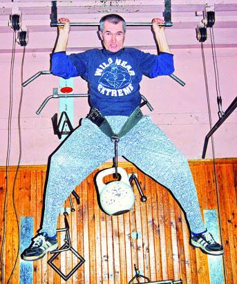 Достижения самого тренера кажутся фантастикой: не обладая богатырскими формами, Леонид Трюхан подтягивается 10 раз с 32—килограммовой гирей на поясе