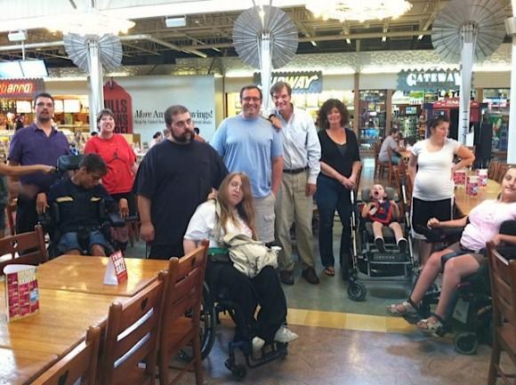 Джон Куинн на встрече с людьми с инвалидностью