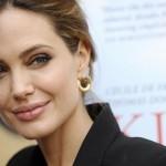 Анджелина Джоли рассказала, что удалила молочные железы из-за угрозы рака