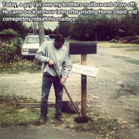 Этот парень наехал на почтовый ящик незнакомцев и уехал…но вскоре вернулся с инструментами, чтобы починить его.