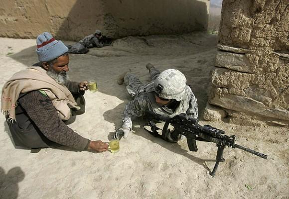 Афганец предлагает чай американским солдатам. Обратите внимание на вторую кружку в его руке и на второго солдата на заднем фоне.
