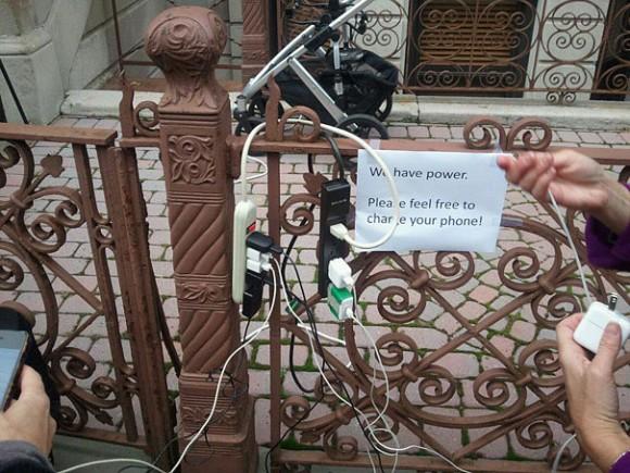 Тысячи людей остались без электричества после урагана Сэнди. Некоторые разрешали незнакомцам заряжать свои телефоны, чтобы они могли позвонить родственникам и сказать, что с ними все в порядке.