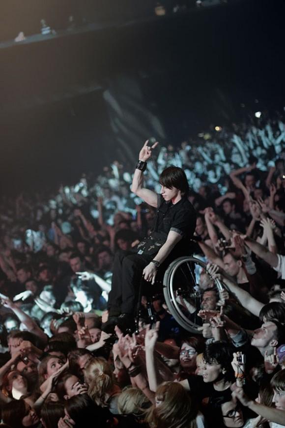 Фанаты дают возможность своему прикованному к инвалидному креслу другу посмотреть концерт группы «Korn» в Москве