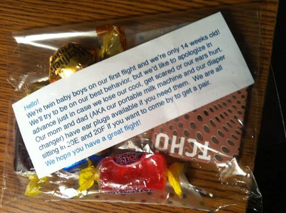 Заботливые родители (от лица своих новорожденных детей) попросили прощения за возможные неудобства другим пассажирам самолета, на котором они летели. Они предлагали всем недовольным подходить к ним, чтобы получить конфеты и затычки в уши.