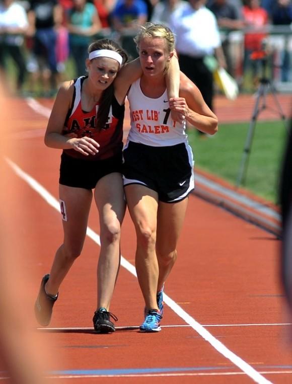 Звезда беговых дорожек в Огайо помогает своей подвернувшей ногу сопернице пересечь финишную линию.