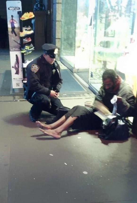 Нью-йоркский офицер полиции подарил ботинки бездомному.