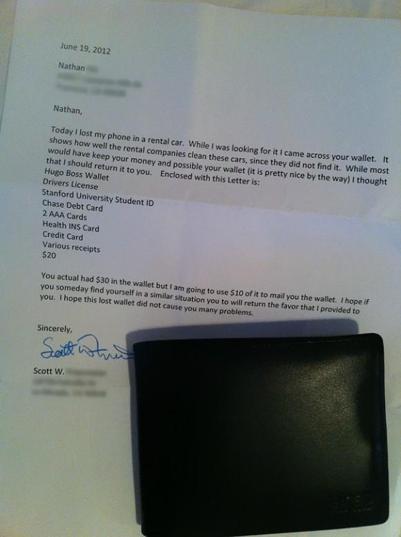 Мужчина нашел бумажник в арендованном автомобиле и отправил его по почте владельцу.