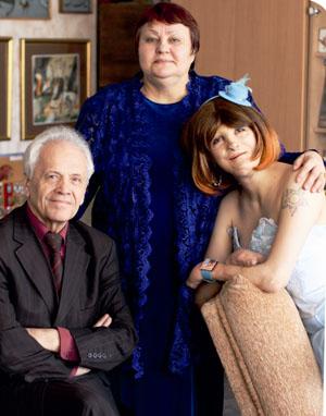 Саша Гуща с мамой и писателем Владимиром Липским, председателем правления Белорусского детского фонда