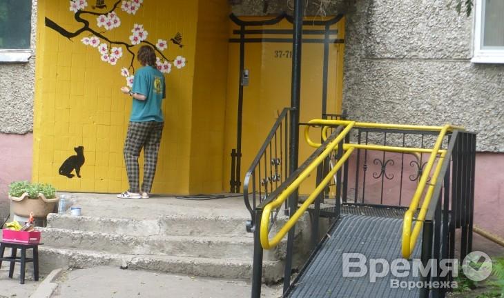 Единственный качественный пандус в жилом доме Воронежа появился после двух лет отчаянной борьбы инвалида с чиновниками