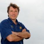 Вокалист Iron Maiden Брюс Дикинсон помогает людям с инвалидностью летать на самолетах