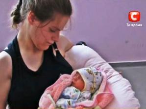 В семье инвалидов с ДЦП родилась здоровая девочка, но ее забрали у родителей. Чиновники считают, что супруги из-за собственного состояние здоровья не в состоянии заботиться о собственной дочери. Молодые родители в отчаянии и умоляют о помощи.