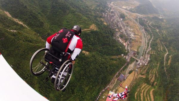 Парашютист, парализованный после неудачного приземления, продолжает прыгать в инвалидной коляске