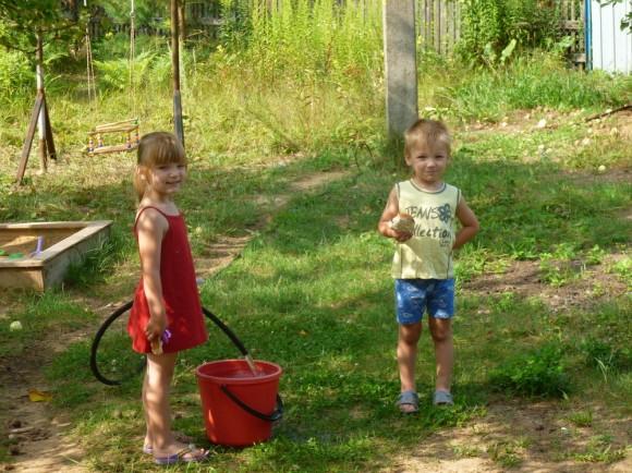 Василиса и Назар провели лето на даче бабушки Марины
