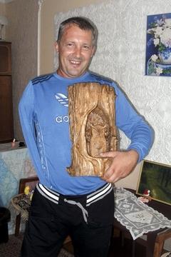 *«Раньше я даже рисовать не умел, — говорит Сергей Михайленко. — А теперь мои работы по дереву продают за границей» (фото автора)