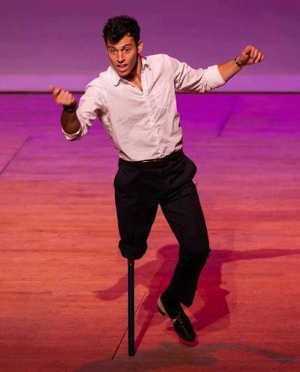 Американский танцор даже после ампутации ноги продолжает бить чечетку