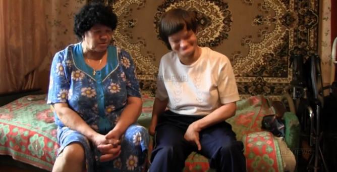 Женщина сшила более 100 нарядов для кукол пальцами ног