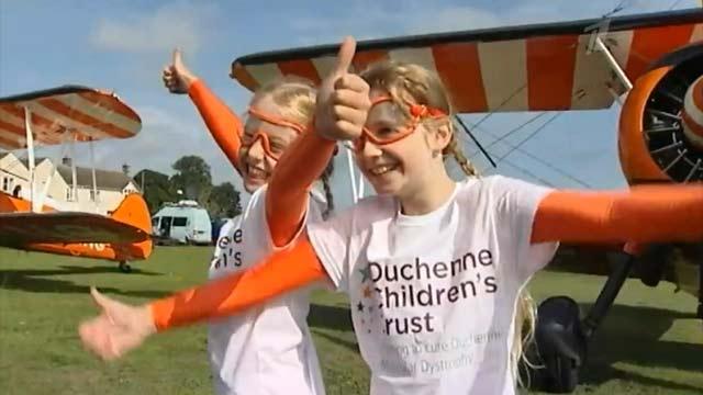 Маленькие девочки совершили головокружительное путешествие, чтобы помочь больному другу