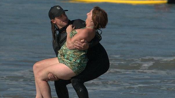 Девушка с каменеющим телом стала серфингисткой