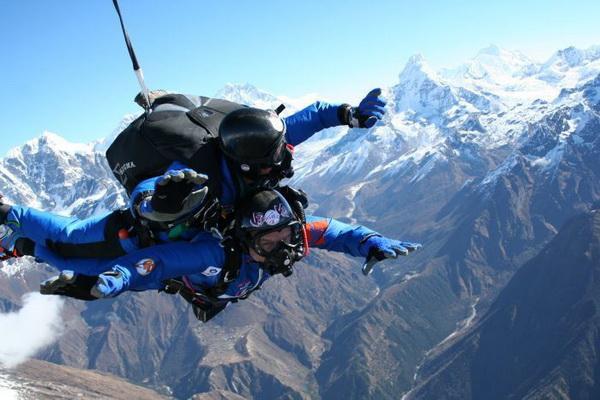Француз Марк Копп совершил прыжок с парашютом на Эверест