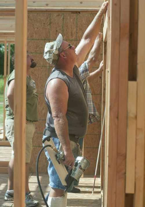 Слепой столяр самостоятельно строит дом своей мечты