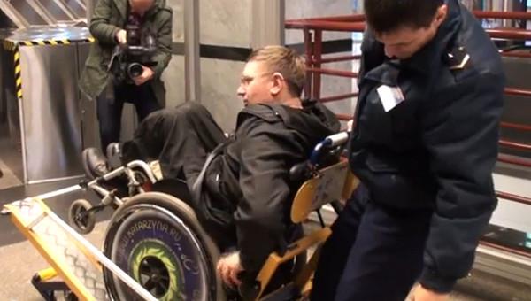 Устройства на гусеницах помогают колясочникам в метро Петербурга