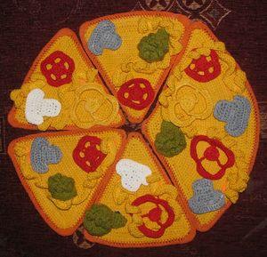 Игрушка - вязаная пицца