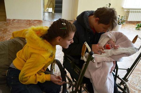 Родителям-инвалидам с ДЦП до сих пор не отдают новорожденную дочку