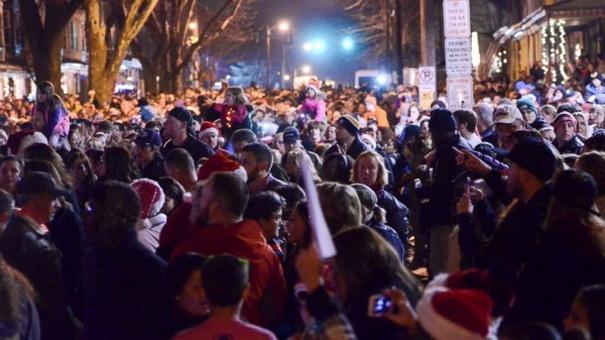 Тысячи добровольцев и Тейлор Свифт спели рождественские песни умирающей девочке