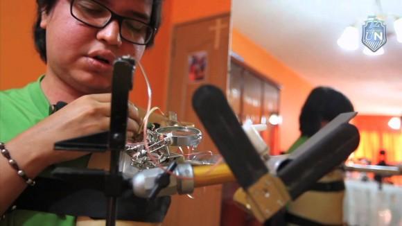 Электронщик сделал себе дешевый механический протез руки