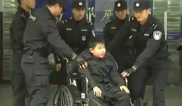 Девятилетнего мальчика-инвалида приняли в китайскую полицию