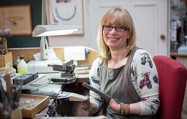Женщина без пальцев стала одним из лучших ювелиров Великобритании