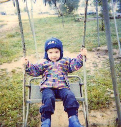 """"""" Когда мне было 3 года, во дворе были вот такие облезлые качели. И все, других не было""""."""