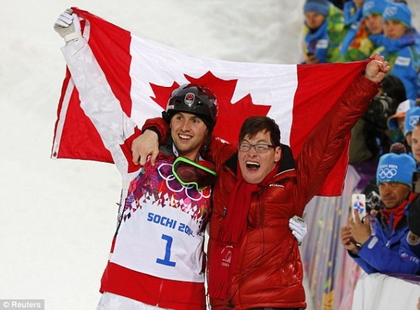 Трогательные моменты олимпиады: канадский лыжник переносит своего брата-инвалида через ограждение, чтобы вместе праздновать победу