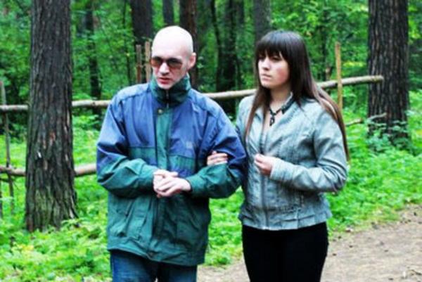 Слепой сибиряк помогает слабовидящим детям