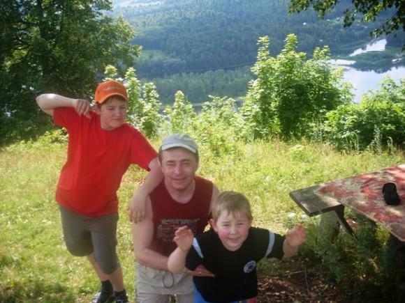 Владимир Батуро с сыновьями несколько лет назад. Сейчас старший сын уже учится на первом курсе журфака, а младший - занимается дзюдо.