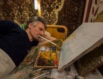 Художник из глубинки зарабатывает на жизнь картинами, которые пишет, держа кисть в зубах