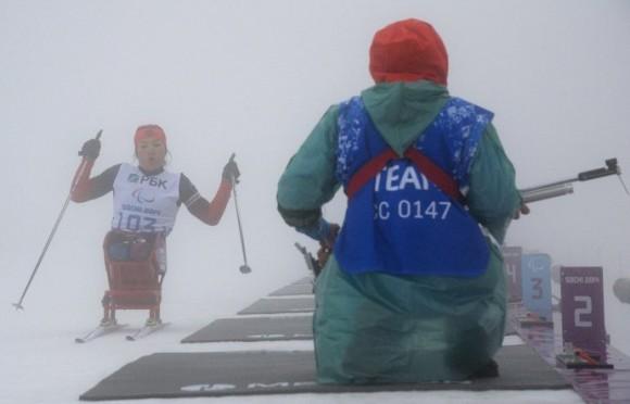 Акжан Абдикаримова (Россия) на огневом рубеже на средней дистанции в классе LW 10-12 (сидя) среди женщин в соревнованиях по биатлону на XI Паралимпийских зимних играх в Сочи.