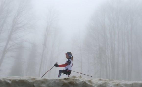 Светлана Коновалова (Россия) на трассе гонки на средней дистанции в классе LW 10-12 (сидя) среди женщин в соревнованиях по биатлону на XI Паралимпийских зимних играх в Сочи.