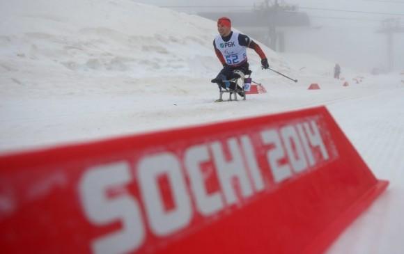 Иван Гончаров (Россия) на трассе на средней дистанции в классе LW 10-12 (сидя) среди мужчин в соревнованиях по биатлону на XI Паралимпийских зимних играх в Сочи.