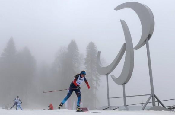 Анна Миленина (Россия) на трассе гонки на средней дистанции в классе LW 2-9 (стоя) среди женщин в соревнованиях по биатлону на XI Паралимпийских зимних играх в Сочи.