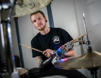 Барабанщик, потерявший руку, стал виртуозом, получив взамен «трехрукость»